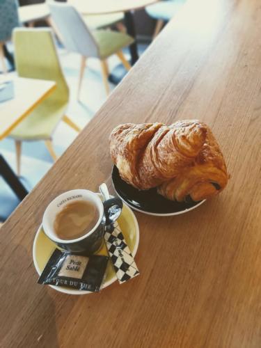 Petit déjeuner café croissant chocolatine