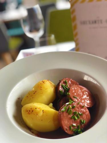 Saucisson Lyonnais vin rouge pommes vapeur