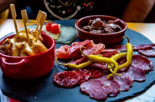 Charcuterie Ibérique, fromage, patatas bravas, viande